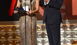 Lucy Liu and Kiefer Sutherland present an award