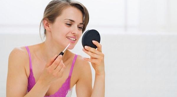 apply Lip Gloss